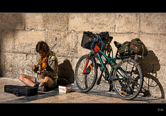 Msica Urbana (Josepargil) Tags: bicicleta libros sombras msico bohemio violn msicaurbana josepargil