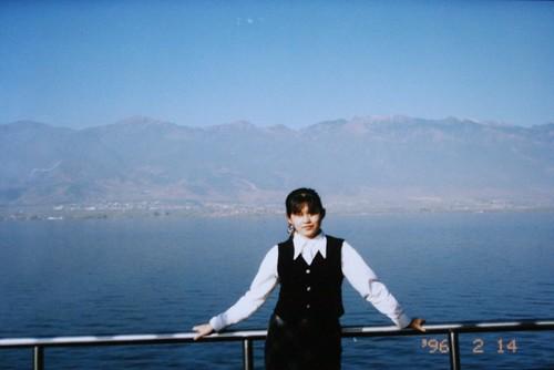 我在洱海的遊船上,後方是點倉山