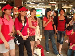 這些站起來的人都是服裝初賽沒有通過--不夠紅--的人