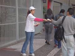 Nossa promotora entregando o jornal perta da estação Trianon-MASP