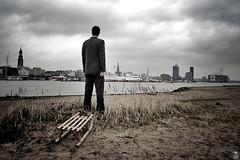 Hamburg hat kein Geld für Schnee (romanraetzke) Tags: winter portrait man male skyline analog river colours harbour hamburg mann hafen fluss elbe farben schlitten