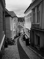 Old Bergen (elosoenpersona) Tags: street old norway canon calle bn stoned noruega bergen blackribbonbeauty canonpowershots5 elosoenpersona knosesmauet knosemauet