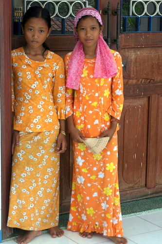 Girls near the Cham mosque
