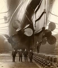 Anglų lietuvių žodynas. Žodis aft reiškia adv jūr. užpakalyje, į laivo užpakalį lietuviškai.