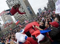 Celebracin Chile vs Suiza (Un zorro) Tags: chile santiago mundial 2010 celebracion sudafrica