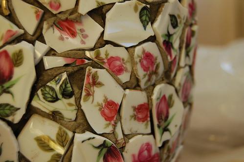 Jag g?r mosaik av rosigt porslin