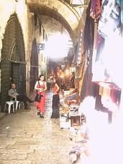 Deux ados dans un marché