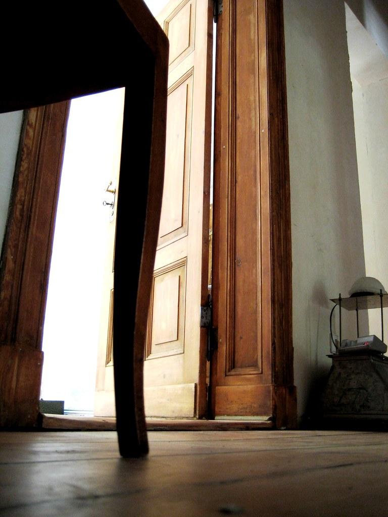 Berlins Gute Stuben (mArtIn_80th) Tags: Door Wood Light Shadow Sun Berlin  Lampe Licht