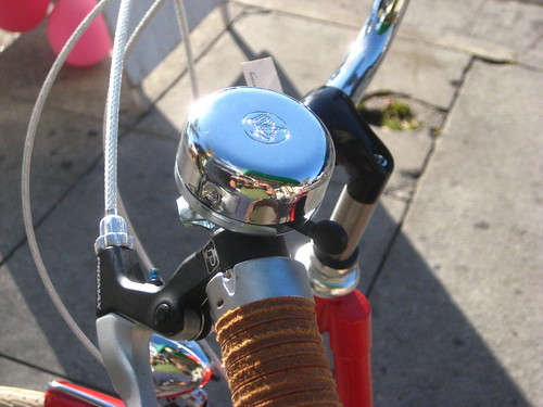 Brooks leather grips, a bell with a crown, mounted to the handlebars of a Velorbis Danneborg.
