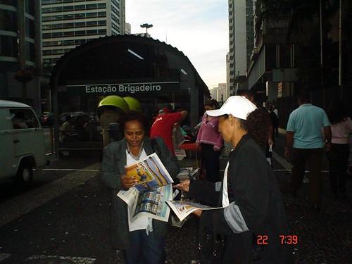 Na saÃda dos metrôs, o leitor já pega os jornais que quiser.
