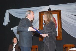 Sergio Cóser, reelecto Intendente recibe su diploma, de manos de Tamara Bertone, presidenta de la Junta Electoral
