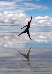Artista no nosso convvio (Herodoto) Tags: blue sky people ballet lake reflection beach nature water espelho clouds lago happy mirror jump heaven shine play desert searchthebest natural natureza salt bolivia join curiosity reflexo cluds deserto uyuni cuple junp herodoto superhearts 100earthcomments earthmarvels50earthfaves