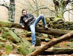 che modello ragazzi!!!! (ubriaca dal RIDERE!) Tags: verde 50mm rocce tronco augusto bosco posa modello bellone acquerino sarabonvicini