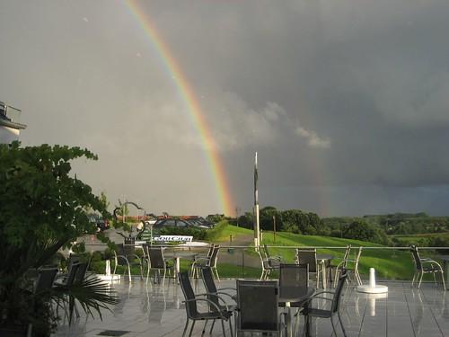 regenbogen und ein topf voller gold am golfplatz