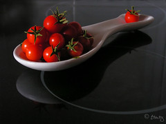 En mi cocina / In my kitchen (blacky 2007) Tags: food kitchen comida tomatoes tomates cocina cherrytomatoes bodegon flickrsbest superaplus aplusphoto bratanesque superhearts blacky2007 platinumheartaward