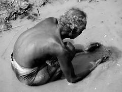 Puja in the Hoogli river... (Monia Sbreni) Tags: bw india indian indie kolkata bengal calcutta biancoenero questfortherest bengala sfidephotoamatori tirupati70 moniasbreni reportase