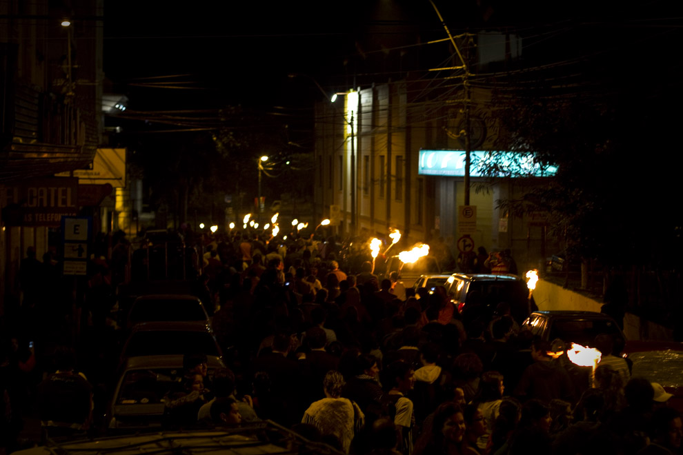 El publico acompaña a los actores rumbo a la Casa de los Gobernadores para apoyar la transición. (Asunción, Paraguay - Tetsu Esposito)
