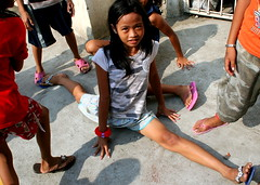 (monica liane) Tags: poverty kids children happy child philippines rich poor filipino makati streetchildren splits nourishthechildren