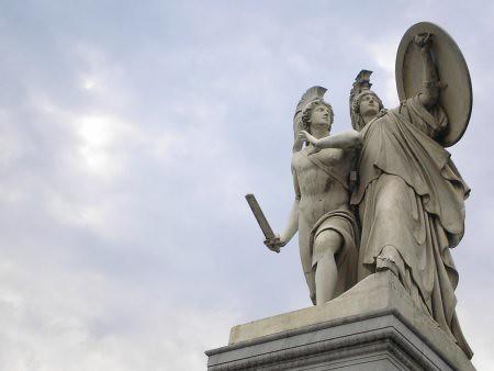 Una de las estatuas del puente frente al Dom, en Berlin