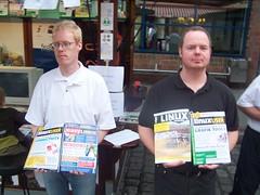 Zwei Junge Herren halten Linux-Magazin hoch