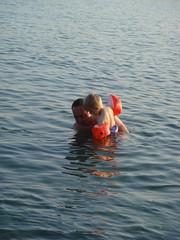 Moritz und Papa baden im Meer