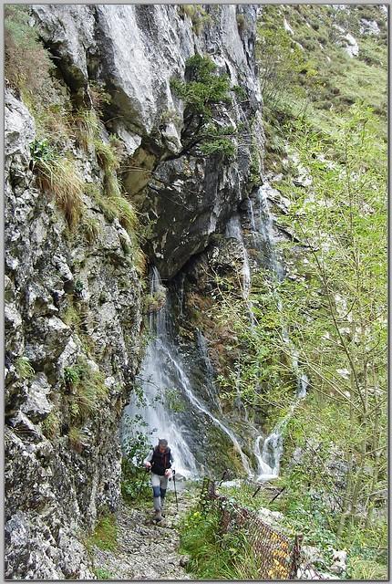 28.- Javi Cienfuegos subiendo por el camino que atraviesa la foz de La Escalada.