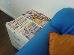 mesa com os jornais na sala de espera da Central de Imóveis
