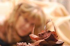 """""""Seguir viviendo sin tu amor"""" (-Ana Lía-) Tags: color luz sol argentina mujer nikon retrato flor viento autorretrato corazón mardelplata dorado volver aprehendiz"""