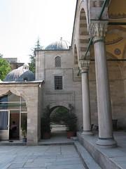 Sokollu Mehmet Paa Camii, accs nord (cercamon) Tags: istanbul mosque cami estambul mosque kadirga avlu mimarsinan sokullu sokollumehmetpasha kadrga sokollumehmetpaacamii sokollumehmetpaa kadirgasokullumosque