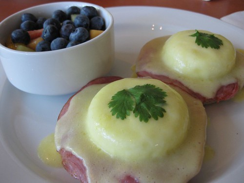 Mani's on Maple: Eggs Benedict