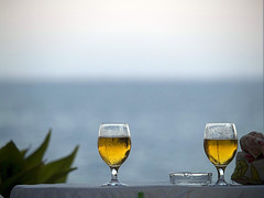 Two beers or not two beers (Sator Arepo) Tags: two beer glass reflex beers shakespeare olympus explore zuiko hamlet e500 tobeornottobe zd ampolla uro 50200mmed retofz080227 gettyimagesspainq1 iberiastreets gettyimagesiberiaq3
