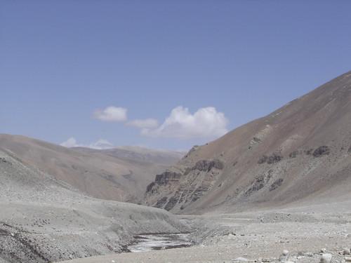 Paisaje del tibet seco desde la bici