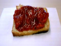 Bolo com geléia de morango, um clássico do lanche da tarde