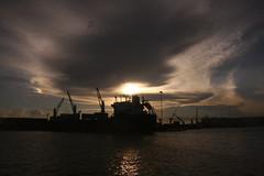 Workin' Late (jbilohaku) Tags: ocean sunset sea sky mxico mexico puerto atardecer pier muelle mar barco ship deck cielo veracruz grua oceano maro sunsubiro meksiko doko noktio ipo dflickr ielo boatboato