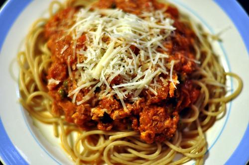 Spaghetti og tomatsauce med tun, ansjoser og kapers