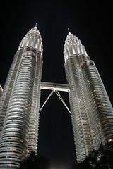 Petronastowers by night (Leeuwtje) Tags: skyline petronas towers malaysia twintowers kualalumpur petronastowers leeuwtje lptowers