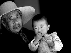 Baby and grandmother, Yunnan, China (Eric Lafforgue) Tags: china baby hat asia chinese mother hasselblad explore eat chapeau asie  yunnan dali kina chin cina chine xina   peoplesrepublicofchina  zhongguo tiongkok  chiny hasseblad  kna in h3d lafforgue  ericlafforgue  trungquc na   kitajska tsina  wwwericlafforguecom