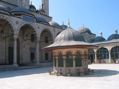 Sokollu Mehmet Paa Camii, avlu (coin sud-est) (cercamon) Tags: istanbul mosque cami estambul mosque kadirga adrvan avlu mimarsinan sokullu sokollumehmetpasha kadrga sokollumehmetpaacamii sokollumehmetpaa kadirgasokullumosque