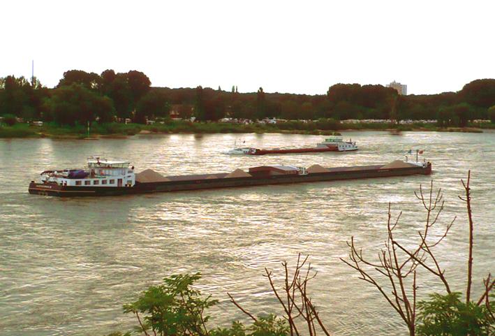 Sandfrachter auf dem Rhein