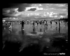 entre ciel et terre (Heffel.) Tags: bw canon noir pentax bordeaux ciel contraste pont foule miroir et blanc noiret heffel