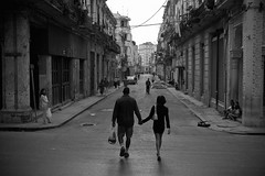 Romeo y Julieta (R. Motti) Tags: street travel people blackandwhite bw love calle couple pareja amor havana cuba pb romance personas holdinghands rua habana casal pretoebranco motti lahabana 123bw ciudaddelahabana sigma1770 ricardomotti