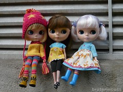 Três mocinhas elegantes
