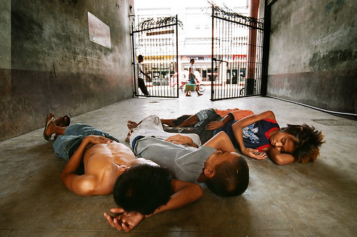 boys sleeping on the ground, trio Buhay Pinoy Philippines Filipino Pilipino  people pictures photos life Philippinen  菲律宾  菲律賓  필리핀(공화국)