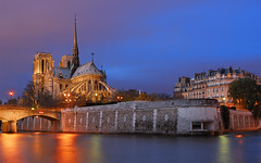 Notre Dame by a cloudy night of december (David Giral | davidgiralphoto.com) Tags: bridge blue sky chien david paris france seine night port river evening la nikon bravo december cloudy dusk acadmie hour pont entre loup bluehour capitale d200 saintlouis et quai heure orlans parisienne tournelle rgion parisien giral rives magique nikond200 18200mmf3556gvr entrechienetloup copyrightdgiral davidgiral