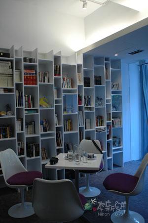 書櫃,我們的座位。