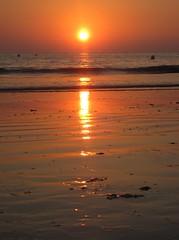 DeSPiDieNDo La PLaYa... (RoOoOo!!!) Tags: ocean santa sunset sea sun luz sol beach atardecer mar sand maria playa arena cielo reflejo cadiz otoño corrales mujeres naranja ola boyas