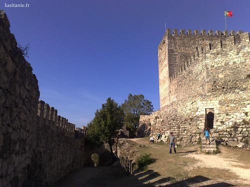 Por detrás das muralhas, com a bandeira de Portugal orgulhosamente erguida