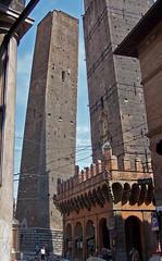 Les dues torres inclinades, Bologna (2) (Sebasti Giralt) Tags: tower architecture arquitectura torre bologna bolonia duetorri twotowers asinelli garisenda bolonya