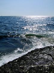 crepine e mare luccicoso (fadykalo) Tags: sea mare waves horizon croatia crepe shining croazia onde barchetta scogli orizzonte luccicante