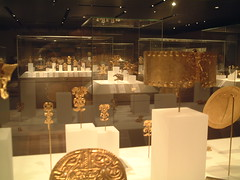 Tiles_4990 (augment_me) Tags: museum america golden manhattan interior indoors figures mesoamerican themetropolitanmuseumofart artificiallighting
